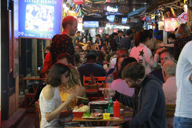 Người dân bắt đầu chủ quan giữa dịch Covid-19: phố Tạ Hiện vẫn đông đúc người ăn nhậu, nhân viên cafe không đeo khẩu trang - Ảnh 1.