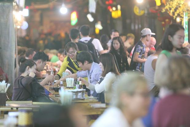 Người dân bắt đầu chủ quan giữa dịch Covid-19: Phố Tạ Hiện vẫn đông đúc người ăn nhậu, nhân viên cafe không đeo khẩu trang - Ảnh 4.