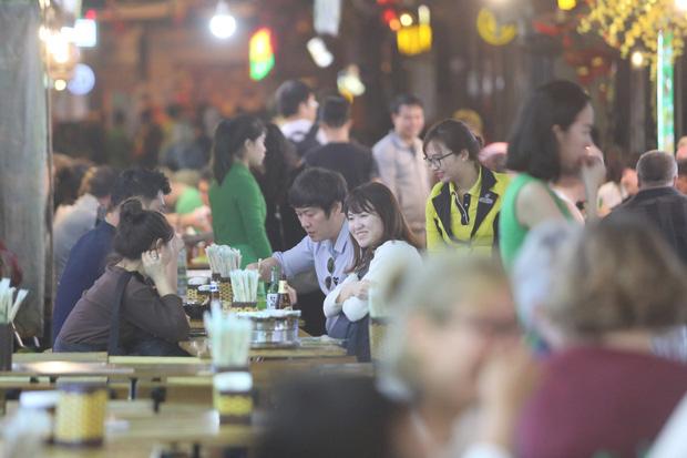 Người dân bắt đầu chủ quan giữa dịch Covid-19: phố Tạ Hiện vẫn đông đúc người ăn nhậu, nhân viên cafe không đeo khẩu trang - Ảnh 6.