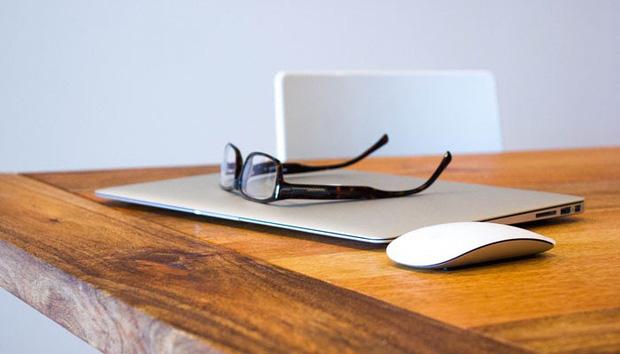 1. Không dọn bàn làm việc thường xuyên