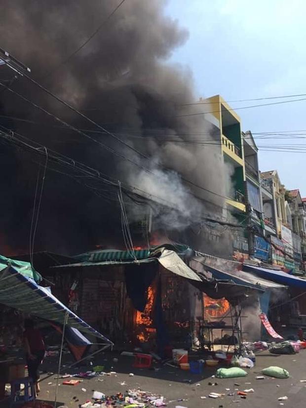 Cháy lớn ở chợ Hạnh Thông Tây, 2 người liều mạng nhảy xuống đất thoát thân - Ảnh 1.