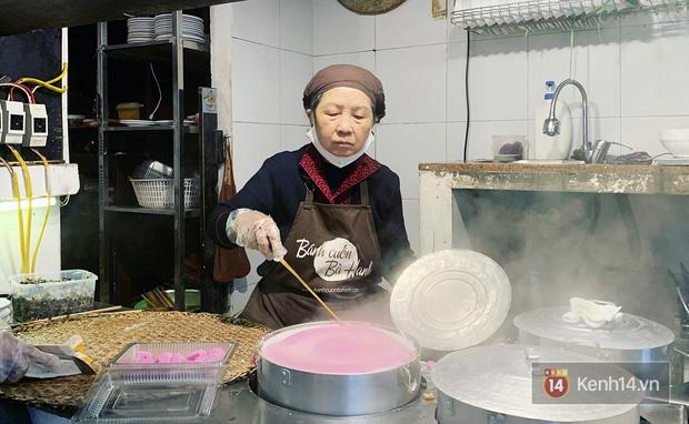 Sự thật về bánh cuốn thanh long hót họt ở Hà Nội: quán vắng nhưng đơn ship hàng thì ùn ùn, làm không kịp nghỉ tay - Ảnh 4.