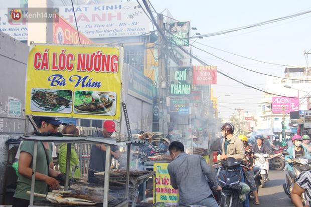 2.000 con cá lóc nướng bán sạch trong một buổi sáng, nhiều gia đình ở Sài Gòn kiếm tiền khủng trong ngày vía Thần tài - Ảnh 12.