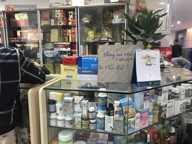 """Người Hà Nội bức xúc khi chợ thuốc Hapulico đồng loạt treo biển """"không bán khẩu trang, nước rửa tay, miễn hỏi"""" - Ảnh 4."""