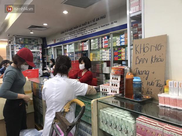 """Người Hà Nội bức xúc khi chợ thuốc Hapulico đồng loạt treo biển """"không bán khẩu trang, nước rửa tay, miễn hỏi"""" - Ảnh 5."""