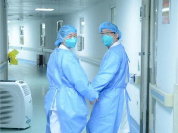Câu chuyện cảm động của những nhân viên y tế nơi tâm dịch - Ảnh 1.