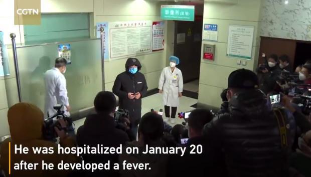 Hàng chục bệnh nhân Trung Quốc nhiễm virus corona hồ hởi xuất viện cùng lúc - Ảnh 1.