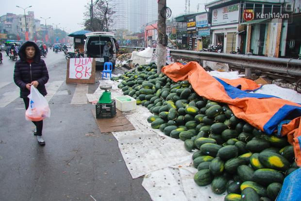 Không thể xuất khẩu do virus corona, dưa hấu được mang về thủ đô giải cứu với mức giá siêu rẻ 8.000 đồng/kg - Ảnh 15.
