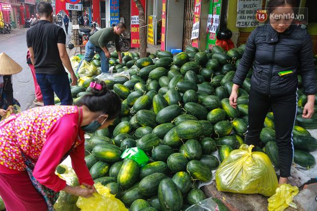Không thể xuất khẩu do virus corona, dưa hấu được mang về thủ đô giải cứu với mức giá siêu rẻ 8.000 đồng/kg - Ảnh 5.