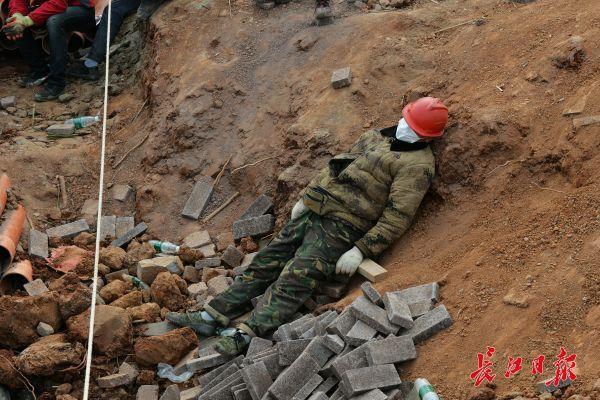 Nỗi khổ cực khó ai thấu ở các công nhân xây dựng bệnh viện dã chiến ở ổ dịch Vũ Hán: Giờ giải lao và giấc ngủ ngon bỗng hóa xa xỉ - Ảnh 5.