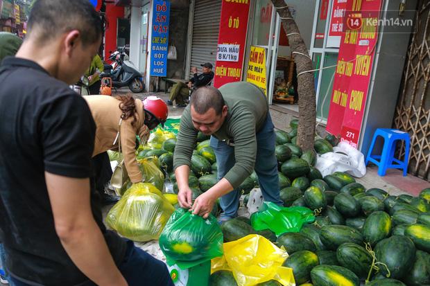 Không thể xuất khẩu do virus corona, dưa hấu được mang về thủ đô giải cứu với mức giá siêu rẻ 8.000 đồng/kg - Ảnh 6.