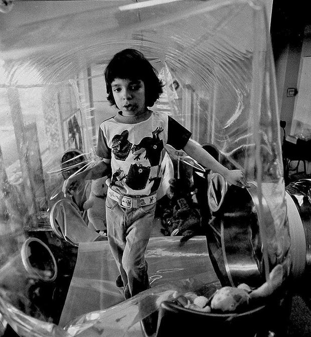 Cậu bé bong bóng: Suốt 12 năm sống tách biệt trong không gian vô trùng, đến phút cuối mới được chạm vào mẹ rồi qua đời - Ảnh 9.