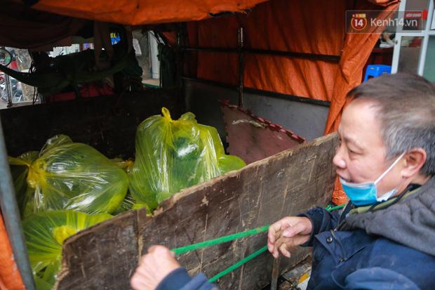 Không thể xuất khẩu do virus corona, dưa hấu được mang về thủ đô giải cứu với mức giá siêu rẻ 8.000 đồng/kg - Ảnh 9.