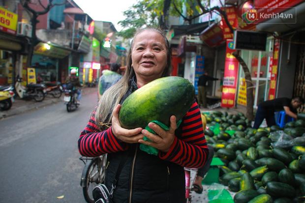 Không thể xuất khẩu do virus corona, dưa hấu được mang về thủ đô giải cứu với mức giá siêu rẻ 8.000 đồng/kg - Ảnh 10.