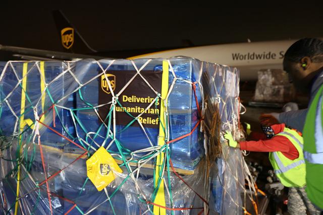 Một doanh nghiệp thực hiện chuyến bay chở 2 triệu chiếc khẩu trang và 300.000 thiết bị y tế viện trợ cho Vũ Hán - Ảnh 1.