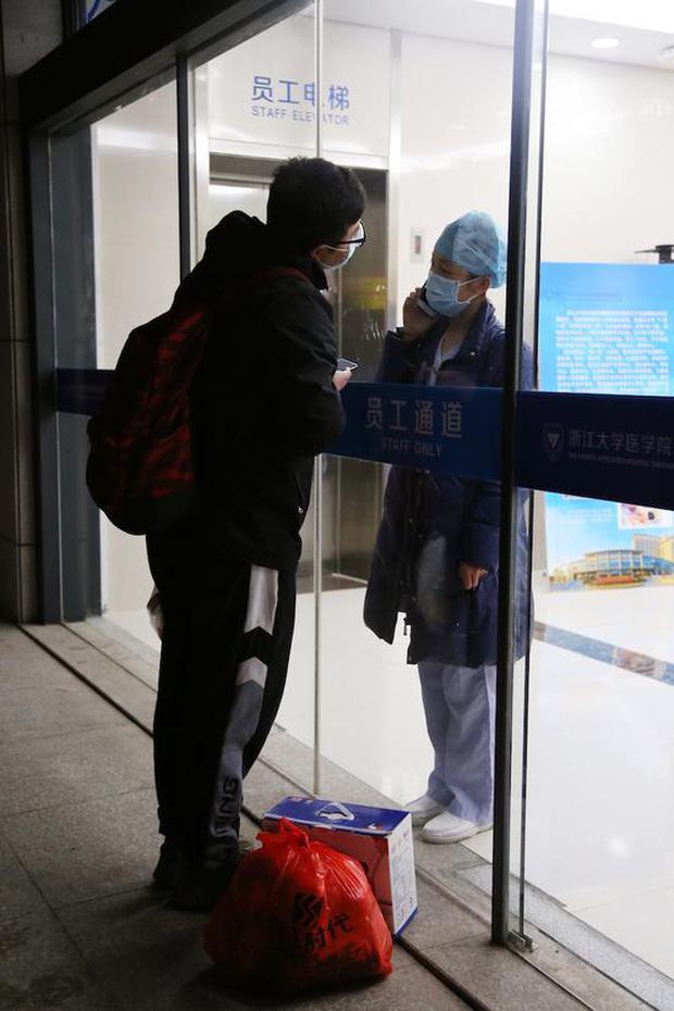 Khoảnh khắc nữ y tá chống dịch virus corona hôn bạn trai qua tấm kính cách ly: Chờ em ra ngoài, mình đi đăng kí kết hôn nhé! - Ảnh 2.