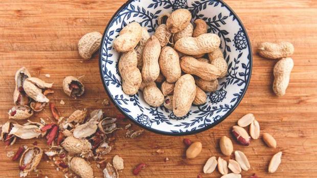 Lạc rất bổ dưỡng nhưng có 3 nhóm người không nên ăn vì sẽ ảnh hưởng xấu đến sức khỏe - Ảnh 1.