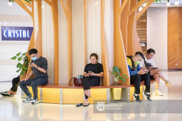 Sài Gòn: Loạt trung tâm thương mại đình đám vắng hoe trong những ngày đại dịch Corona, đi tới đâu cũng thấy… chiếc khẩu trang hiện diện - Ảnh 11.