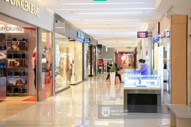 Sài Gòn: Loạt trung tâm thương mại đình đám vắng hoe trong những ngày đại dịch Corona, đi tới đâu cũng thấy… chiếc khẩu trang hiện diện - Ảnh 18.