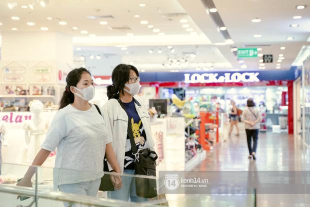 Sài Gòn: Loạt trung tâm thương mại đình đám vắng hoe trong những ngày đại dịch Corona, đi tới đâu cũng thấy… chiếc khẩu trang hiện diện - Ảnh 21.