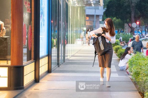 Sài Gòn: Loạt trung tâm thương mại đình đám vắng hoe trong những ngày đại dịch Corona, đi tới đâu cũng thấy… chiếc khẩu trang hiện diện - Ảnh 5.