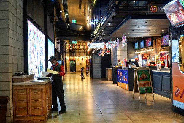 Ảnh: Người dân Hà Nội ở nhà tránh dịch do virus Corona, trung tâm thương mại, rạp chiếu phim đìu hiu - Ảnh 7.