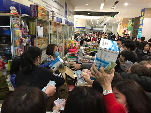 Người dân Linh Đàm rồng rắn xếp hàng đến 11h30 đêm trong giá lạnh để mua khẩu trang đúng giá - Ảnh 9.