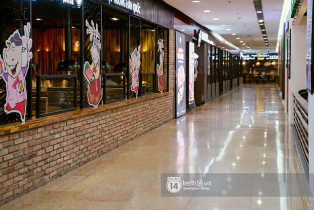 Sài Gòn: Loạt trung tâm thương mại đình đám vắng hoe trong những ngày đại dịch Corona, đi tới đâu cũng thấy… chiếc khẩu trang hiện diện - Ảnh 9.