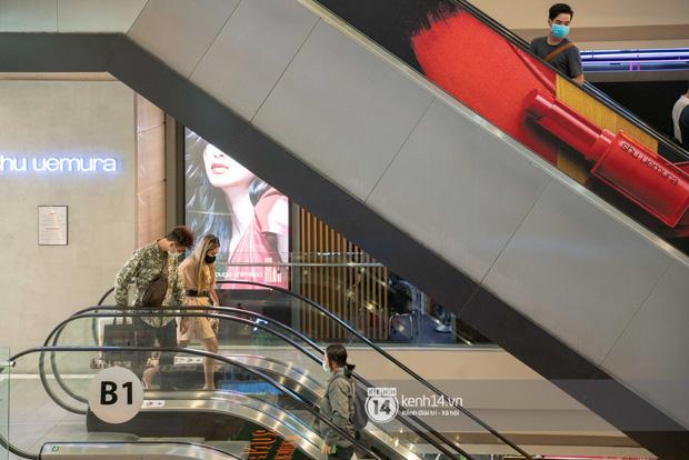 Sài Gòn: Loạt trung tâm thương mại đình đám vắng hoe trong những ngày đại dịch Corona, đi tới đâu cũng thấy… chiếc khẩu trang hiện diện - Ảnh 10.