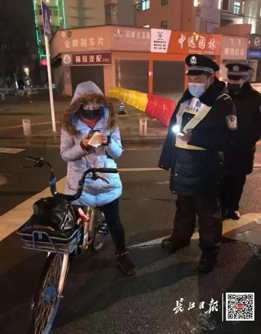 4 ngày 3 đêm đạp xe gần 300km để đến ổ dịch Vũ Hán làm việc, nữ bác sĩ khiến nhiều người cảm kích vô hạn - Ảnh 2.