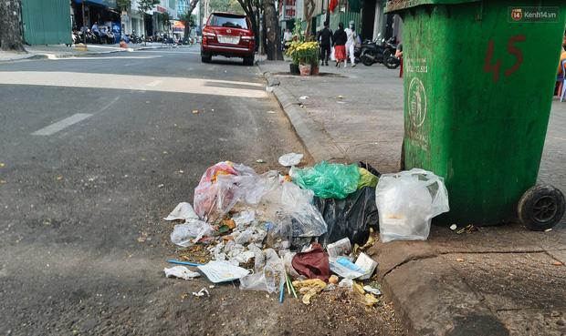 Khi người dân chen nhau mua bằng được khẩu trang để bảo vệ chính mình nhưng lại vứt tràn lan ra ngoài môi trường - Ảnh 2.