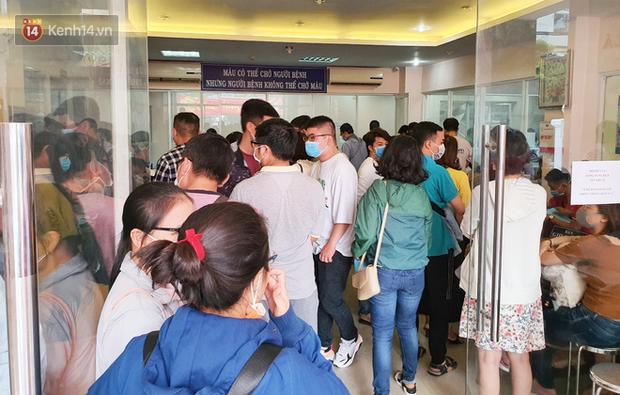 Cạn kiệt nguồn dự trữ máu giữa dịch bệnh virus Corona, hàng trăm bạn trẻ Sài Gòn vui vẻ xếp hàng đi hiến máu cứu người - Ảnh 1.  Cạn kiệt nguồn dự trữ máu giữa dịch bệnh virus Corona, hàng trăm bạn trẻ Sài Gòn vui vẻ xếp hàng đi hiến máu cứu người photo 1 1581147907272897441112