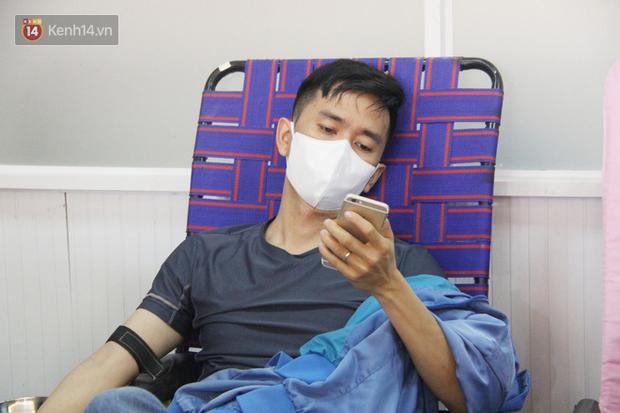Cạn kiệt nguồn dự trữ máu giữa dịch bệnh virus Corona, hàng trăm bạn trẻ Sài Gòn vui vẻ xếp hàng đi hiến máu cứu người - Ảnh 15.  Cạn kiệt nguồn dự trữ máu giữa dịch bệnh virus Corona, hàng trăm bạn trẻ Sài Gòn vui vẻ xếp hàng đi hiến máu cứu người photo 14 15811479131281329119108