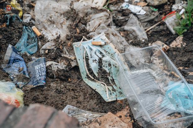 Khi người dân chen nhau mua bằng được khẩu trang để bảo vệ chính mình nhưng lại vứt tràn lan ra ngoài môi trường - Ảnh 16.