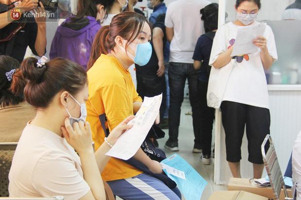 Cạn kiệt nguồn dự trữ máu giữa dịch bệnh virus Corona, hàng trăm bạn trẻ Sài Gòn vui vẻ xếp hàng đi hiến máu cứu người - Ảnh 4.  Cạn kiệt nguồn dự trữ máu giữa dịch bệnh virus Corona, hàng trăm bạn trẻ Sài Gòn vui vẻ xếp hàng đi hiến máu cứu người photo 3 1581147913117640063014