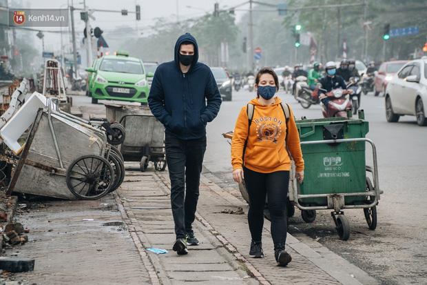 Khi người dân chen nhau mua bằng được khẩu trang để bảo vệ chính mình nhưng lại vứt tràn lan ra ngoài môi trường - Ảnh 7.