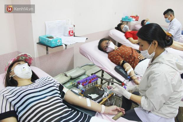Cạn kiệt nguồn dự trữ máu giữa dịch bệnh virus Corona, hàng trăm bạn trẻ Sài Gòn vui vẻ xếp hàng đi hiến máu cứu người - Ảnh 10.  Cạn kiệt nguồn dự trữ máu giữa dịch bệnh virus Corona, hàng trăm bạn trẻ Sài Gòn vui vẻ xếp hàng đi hiến máu cứu người photo 9 1581147913124604324967