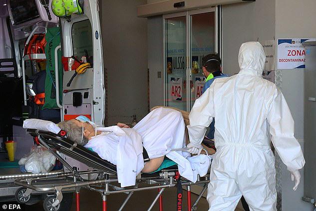 Thảm cảnh với y bác sĩ Vũ Hán tái diễn ở Italy: Nhân viên y tế tím mặt vì đeo khẩu trang, ngủ gục trên bàn vì kiệt sức - Ảnh 7.
