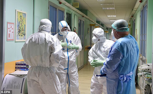 Thảm cảnh với y bác sĩ Vũ Hán tái diễn ở Italy: Nhân viên y tế tím mặt vì đeo khẩu trang, ngủ gục trên bàn vì kiệt sức - Ảnh 8.