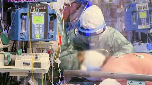 Tình cảnh đau lòng của y bác sĩ tại tâm dịch Covid-19 nước Ý: Chúng tôi buộc phải lựa chọn người để chữa, ưu tiên ai có cơ hội sống cao hơn - Ảnh 3.
