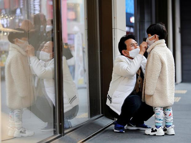 Số ca nhiễm mới trong ngày giảm mạnh, thủ tướng Hàn Quốc vẫn lo ngại về nguy cơ siêu lây nhiễm tại ổ dịch lớn nhất Seoul với hơn 100 người mắc bệnh - Ảnh 1.