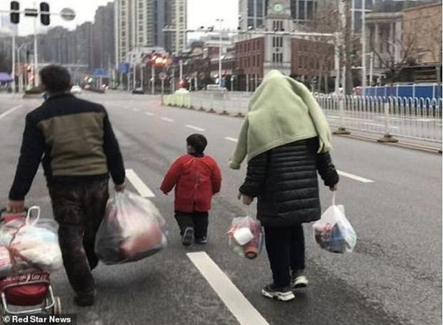 Phát hiện gia đình 4 người bí mật sống trong khu chợ nghi là nơi khởi nguồn Covid-19 ở Vũ Hán suốt 43 ngày và điều kỳ diệu là không ai nhiễm bệnh - Ảnh 1.