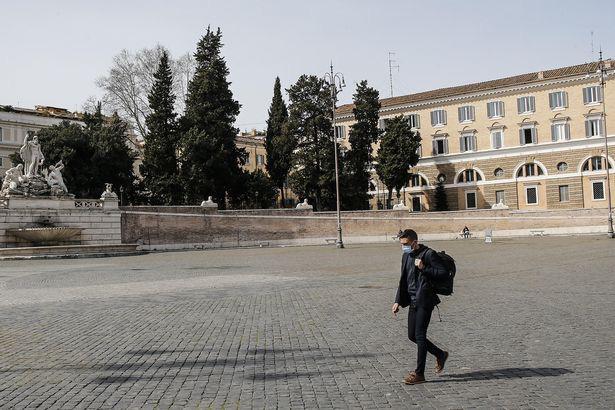 Hành động hơn vạn lời nói: Hình ảnh cho thấy người dân Italy nghiêm chỉnh chấp hành quy tắc một mét để đẩy lùi giặc Covid-19 - Ảnh 3.