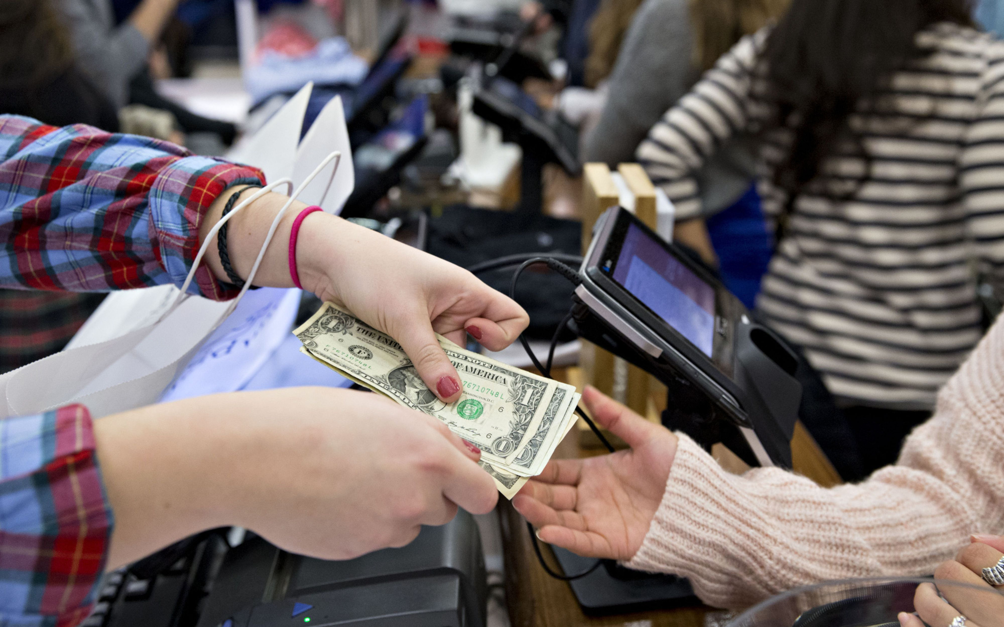 Những chỉ tiêu tiêu dùng sụt giảm cho thấy nền kinh tế lớn nhất thế giới đang chịu 'cú sốc' mạnh do Covid-19