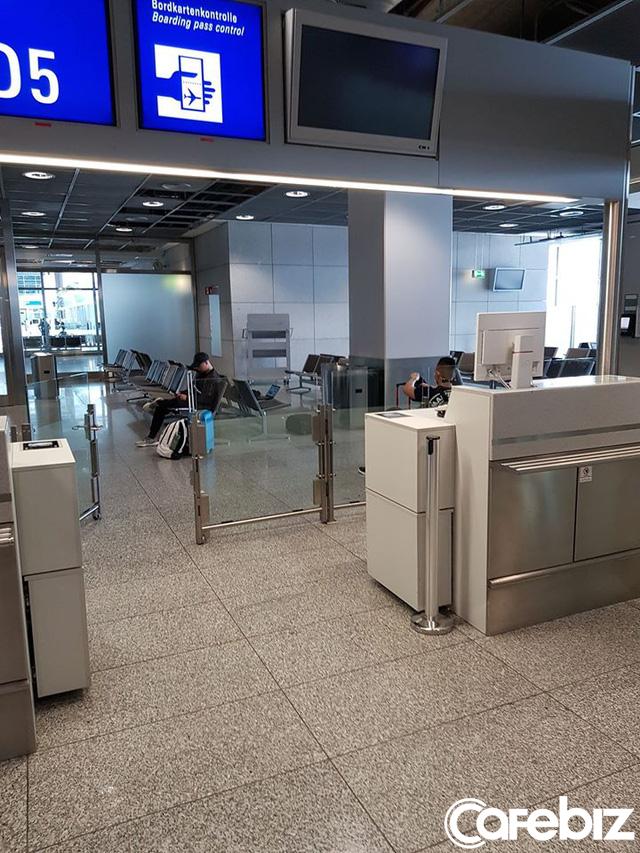 Câu chuyện của hành khách trên chuyến bay cuối cùng rời khỏi châu Âu: Điều quan trọng nhất không phải là bị nhiễm Covid-19 hay không, mà là có về được Việt Nam hay không! - Ảnh 1.