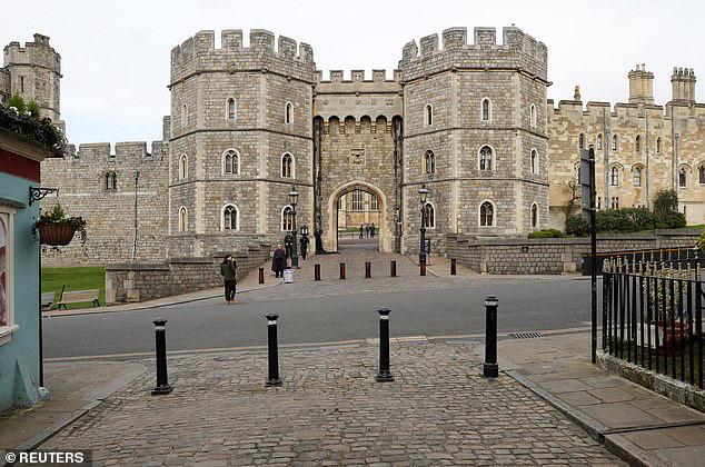 Hoàng gia công bố lịch trình bất thường của Nữ hoàng Anh khi dịch Covid-19 diễn biến phức tạp còn nhà Meghan Markle đang cảm thấy thở phào nhẹ nhõm - Ảnh 2.