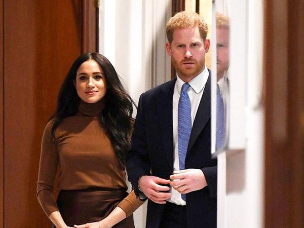 Hoàng tử William là thành viên hoàng gia đầu tiên lên tiếng về Covid-19, không chịu kém cạnh, nhà Meghan Markle cũng nối gót theo nhưng lại bị chỉ trích - Ảnh 2.