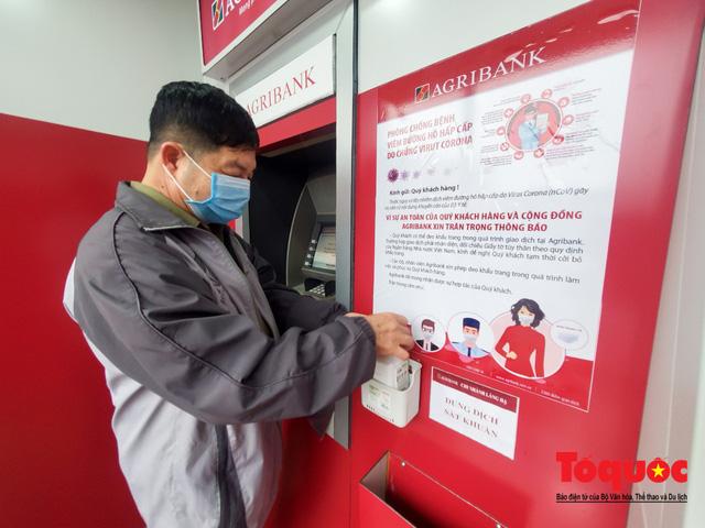 Trang bị nước rửa tay sát khuẩn cho cây ATM phòng dịch Covid - 19 - Ảnh 2.