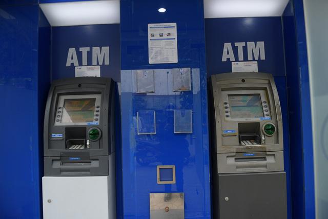 Trang bị nước rửa tay sát khuẩn cho cây ATM phòng dịch Covid - 19 - Ảnh 4.