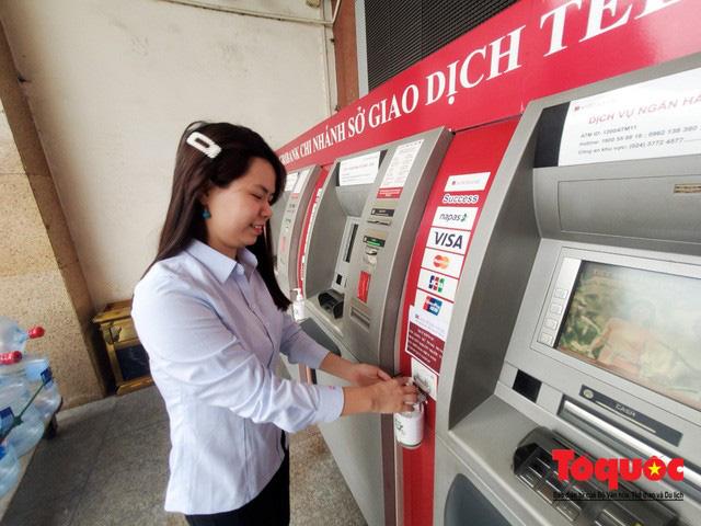 Trang bị nước rửa tay sát khuẩn cho cây ATM phòng dịch Covid - 19 - Ảnh 6.